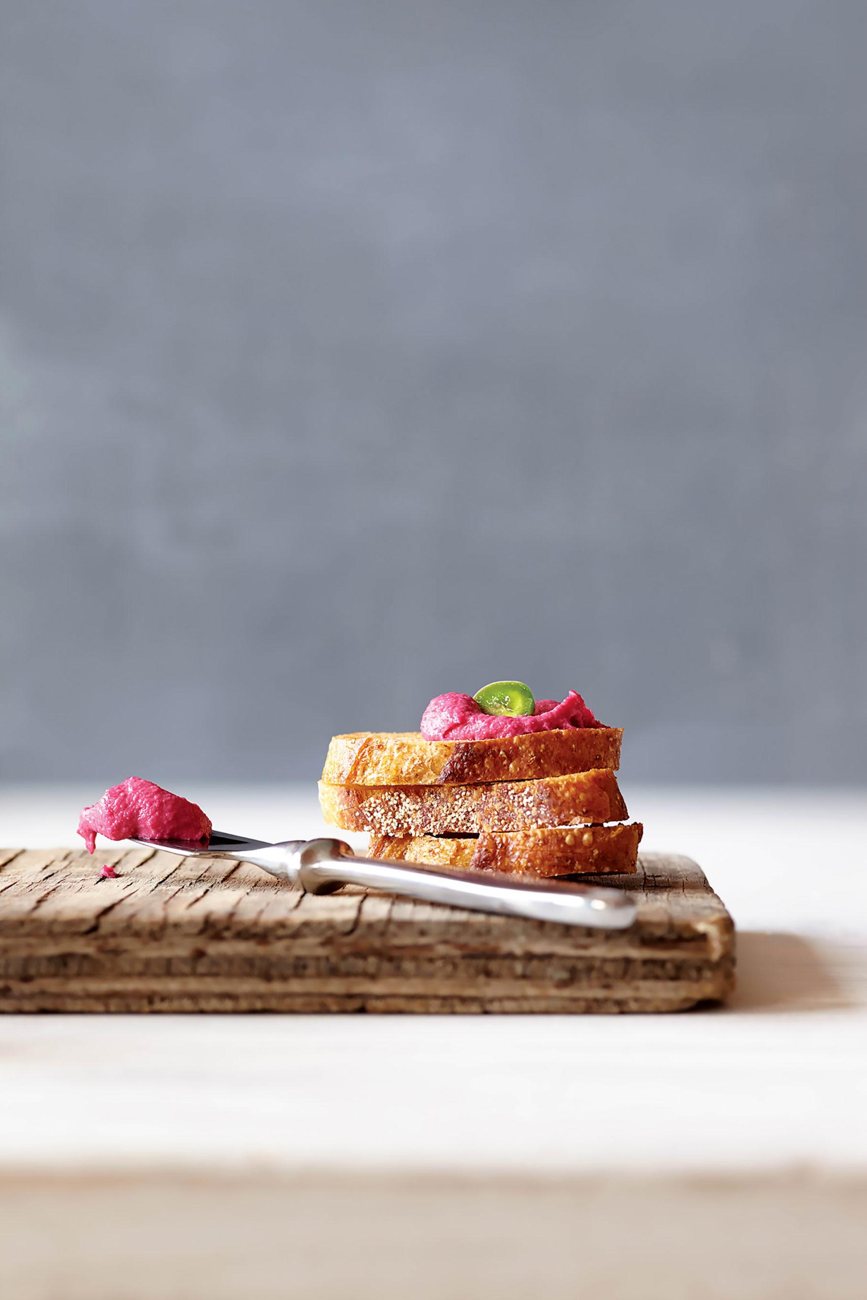 Schmeckt auf frisch gebackenem Brot besonders gut: Süß-scharfer Rote-Bete-Aufstrich