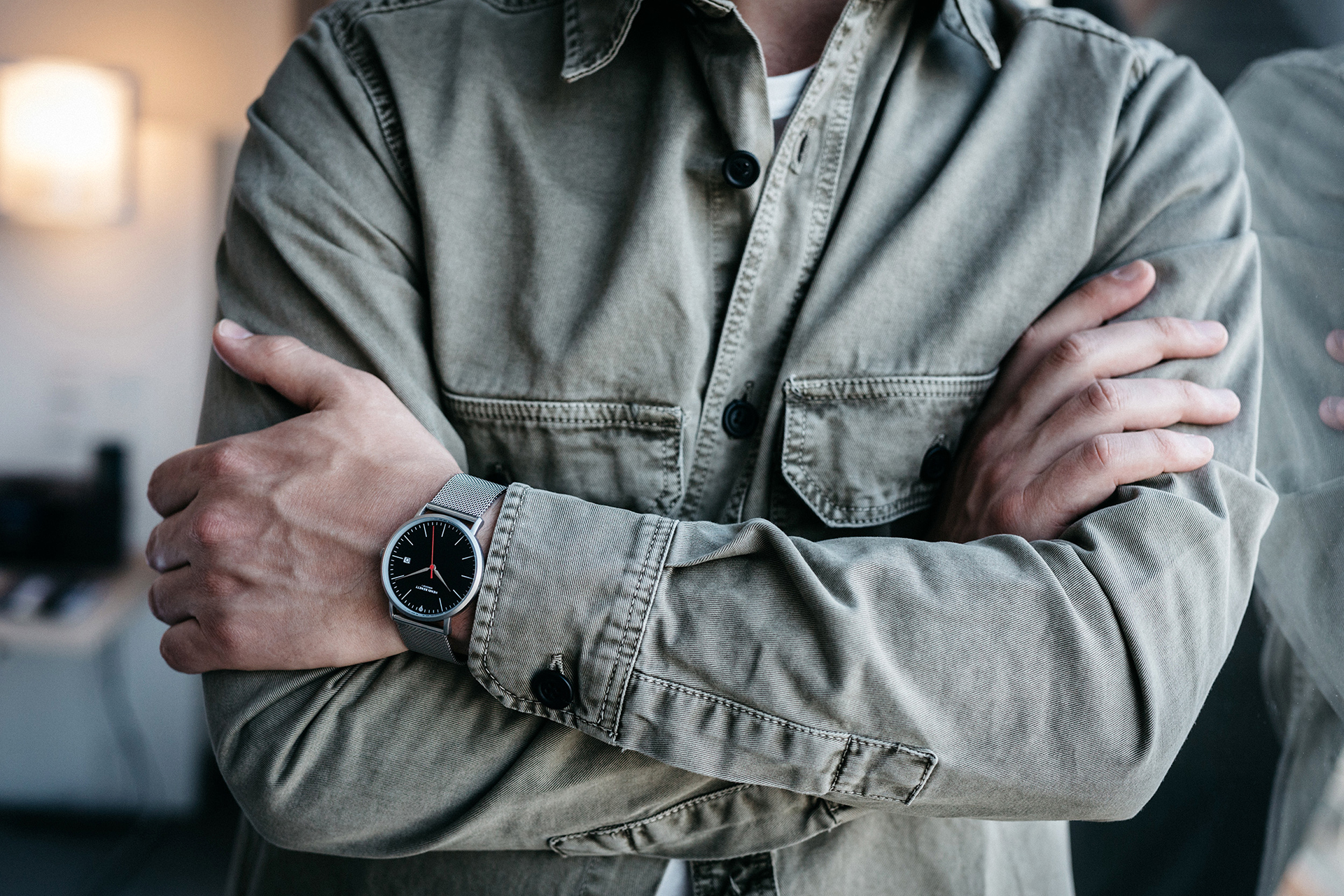 Aerostat mit silbernem Milanaise-Armband und schwarzem Zifferblatt