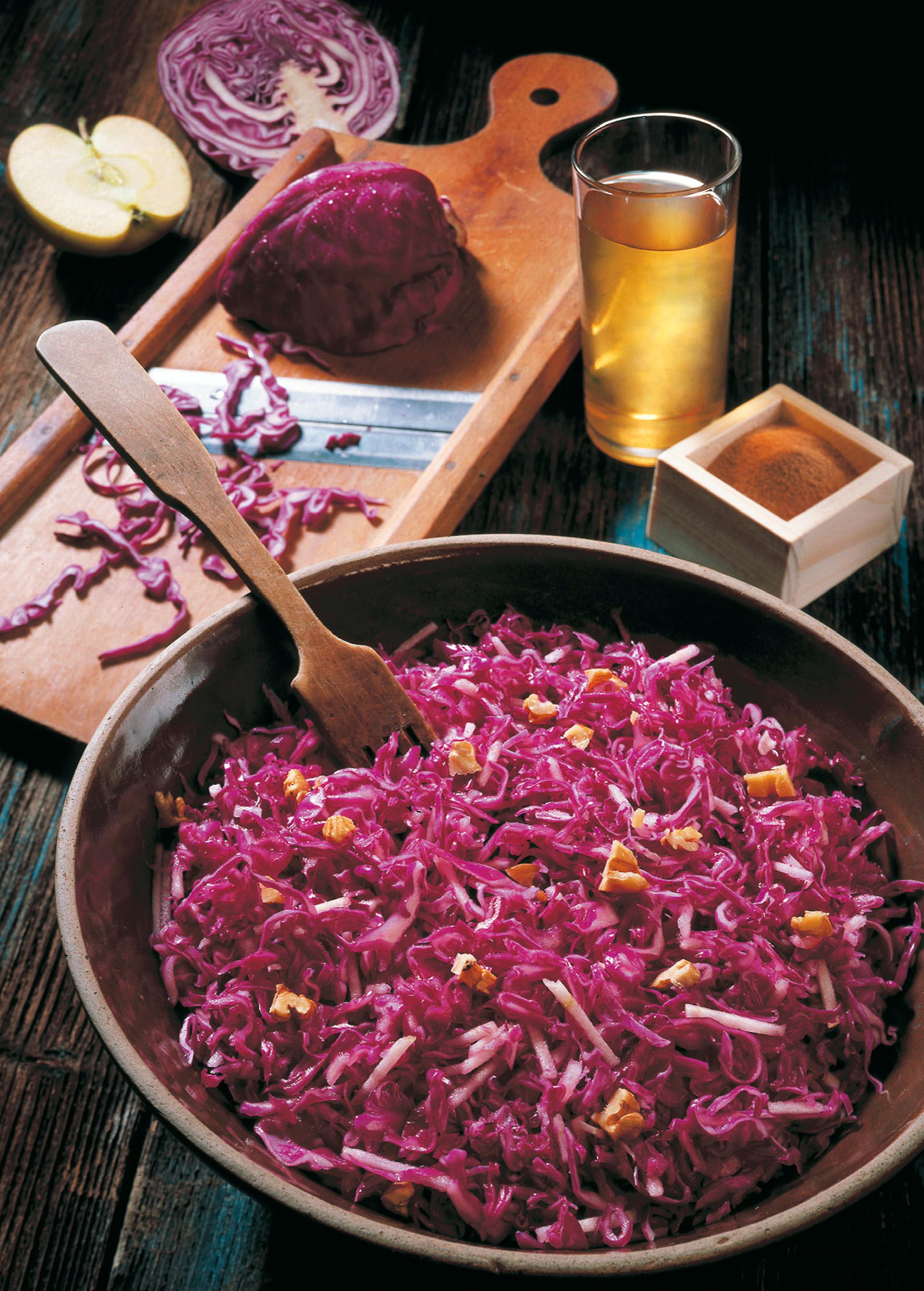 Lecker und gesund: Rotkrautsalat mit Nüssen