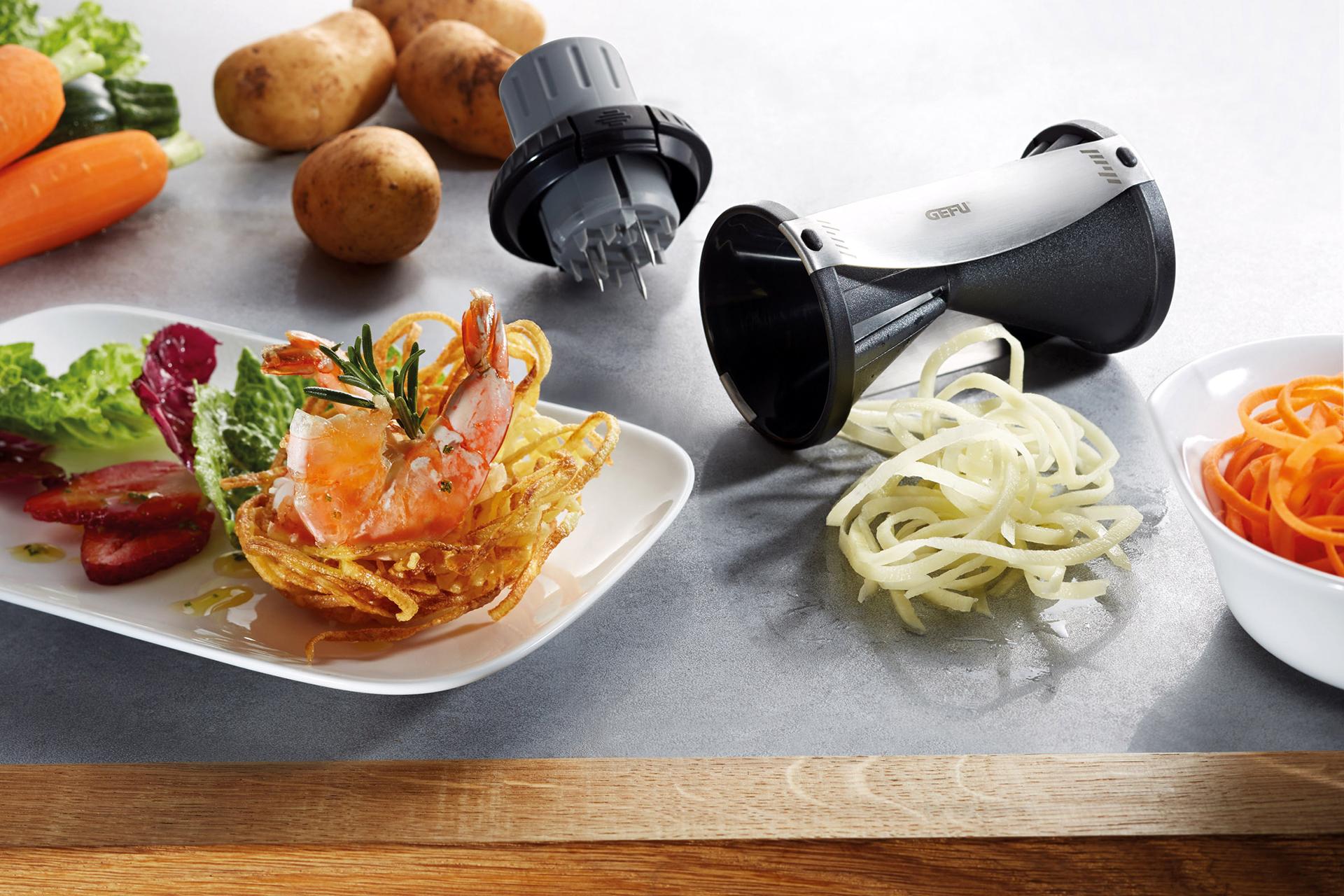 Der SPIRELLI 2.0 schont dank seines praktischen, einrastenden Gemüsehalters mit nachschiebbarem Stempel deine Fingerkuppen bei der Zubereitung von leckeren Salaten und Co.