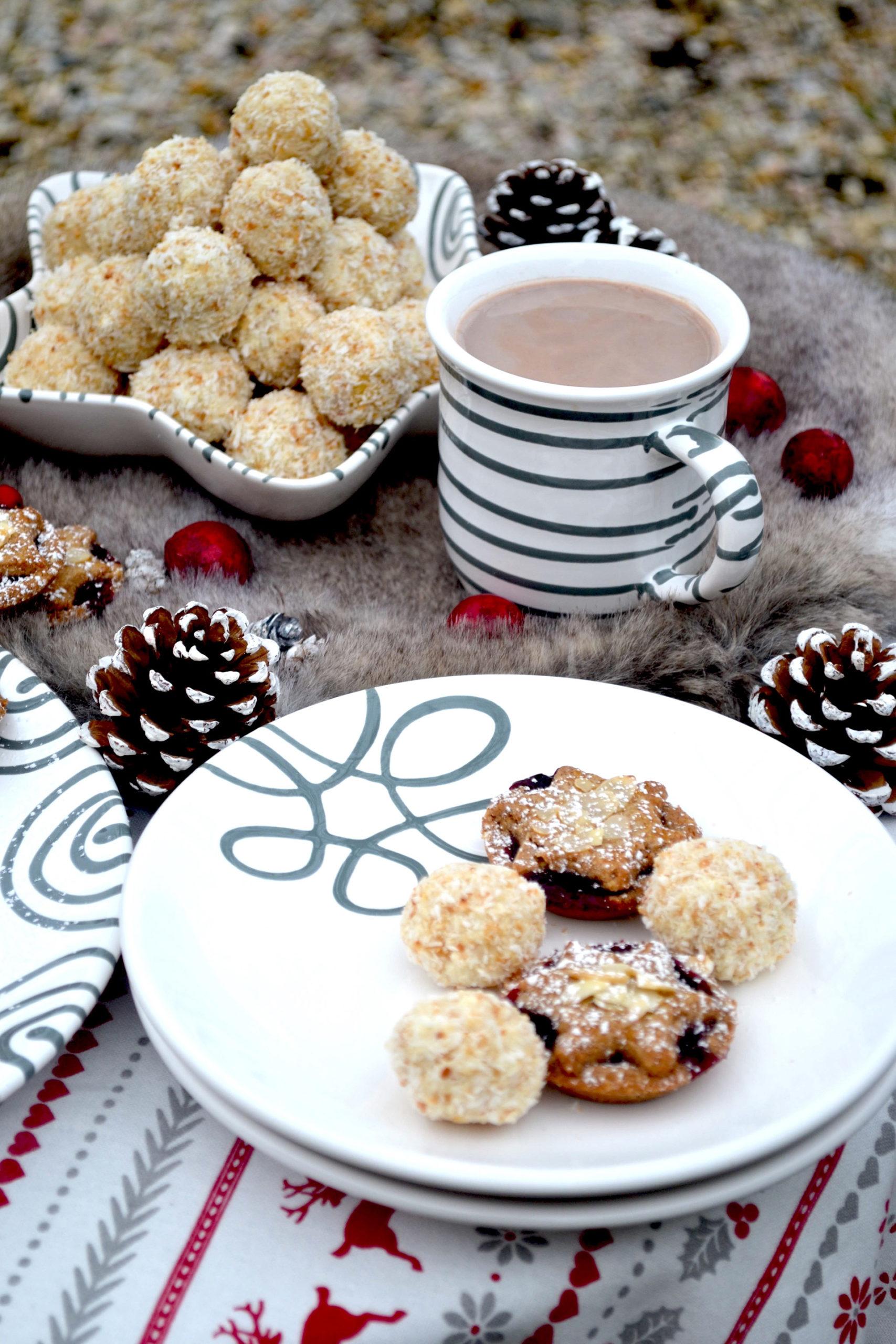 Auf dem handbemalten Geschirr von Gmundner Keramik kommen Weihnachtsleckereien besonders hübsch zur Geltung