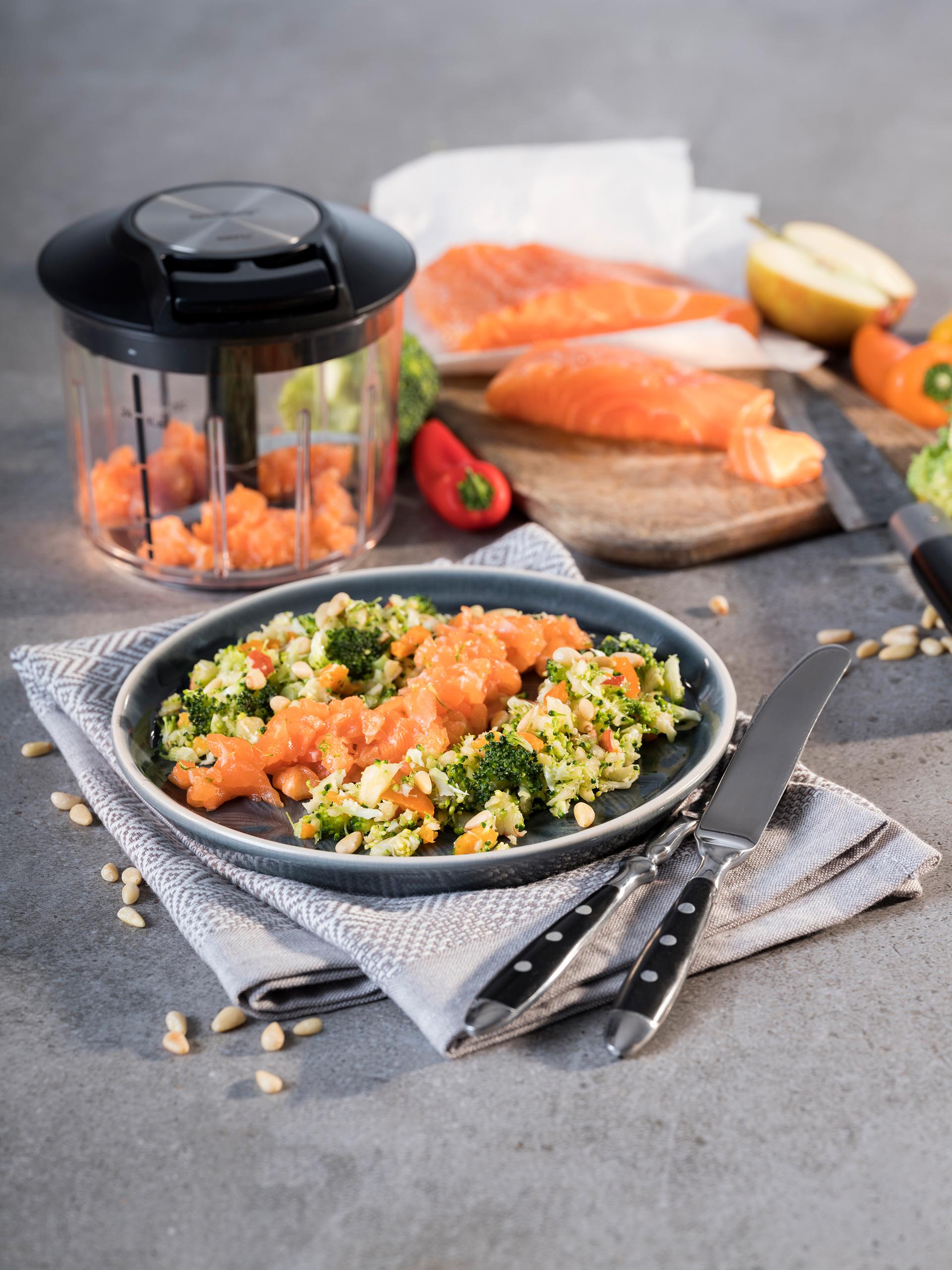 Festliche Vorspeise: Lachstatar auf Brokkoli-Paprika-Salat