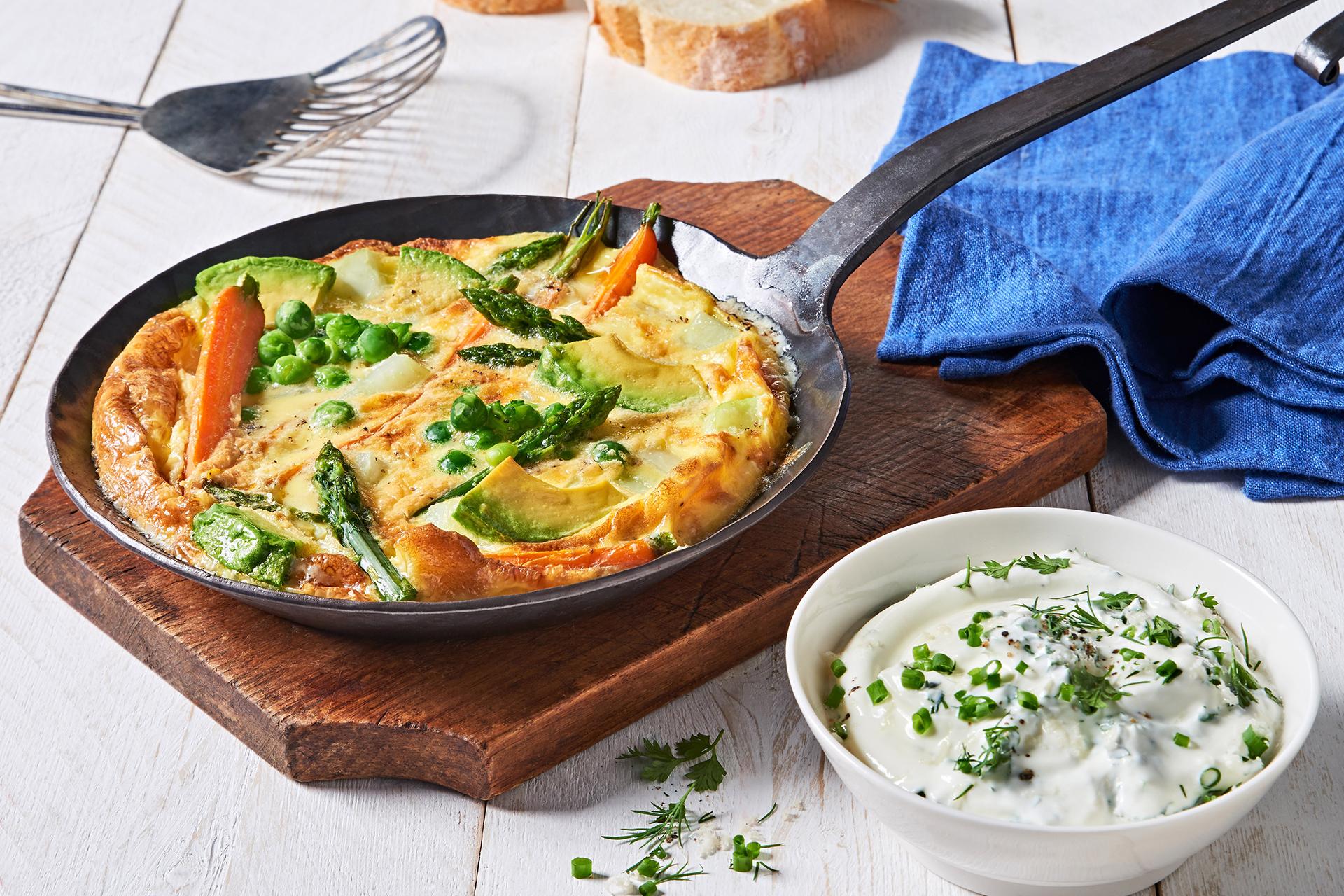 Frittata mit Frühlingsgemüse und Kräuterjoghurt