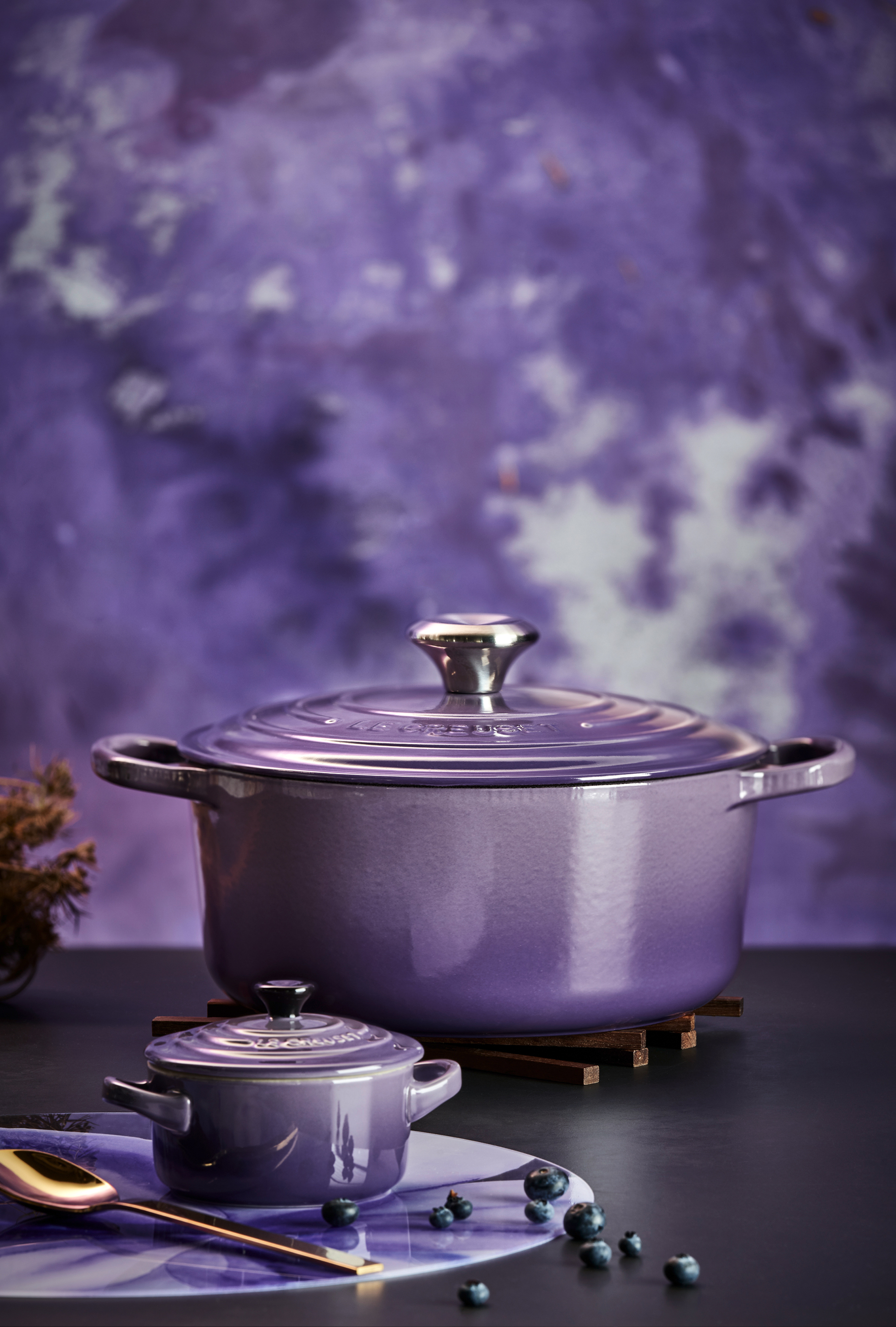 In Ultra Violet entwickeln Bräter und Mini-Cocotte einen besonderen Zauber
