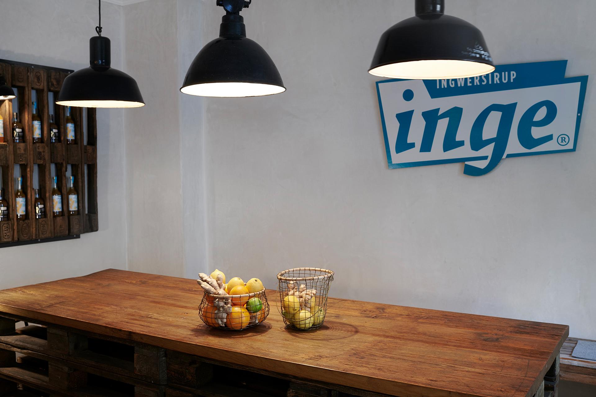 Holzmöbel und Lampen sorgen für eine gemütliche Atmosphäre im Inge Ladencafé