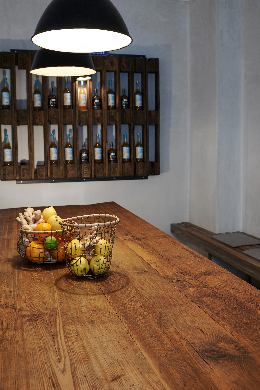 Der große Holztisch bietet Platz für viele Ingwerfreunde