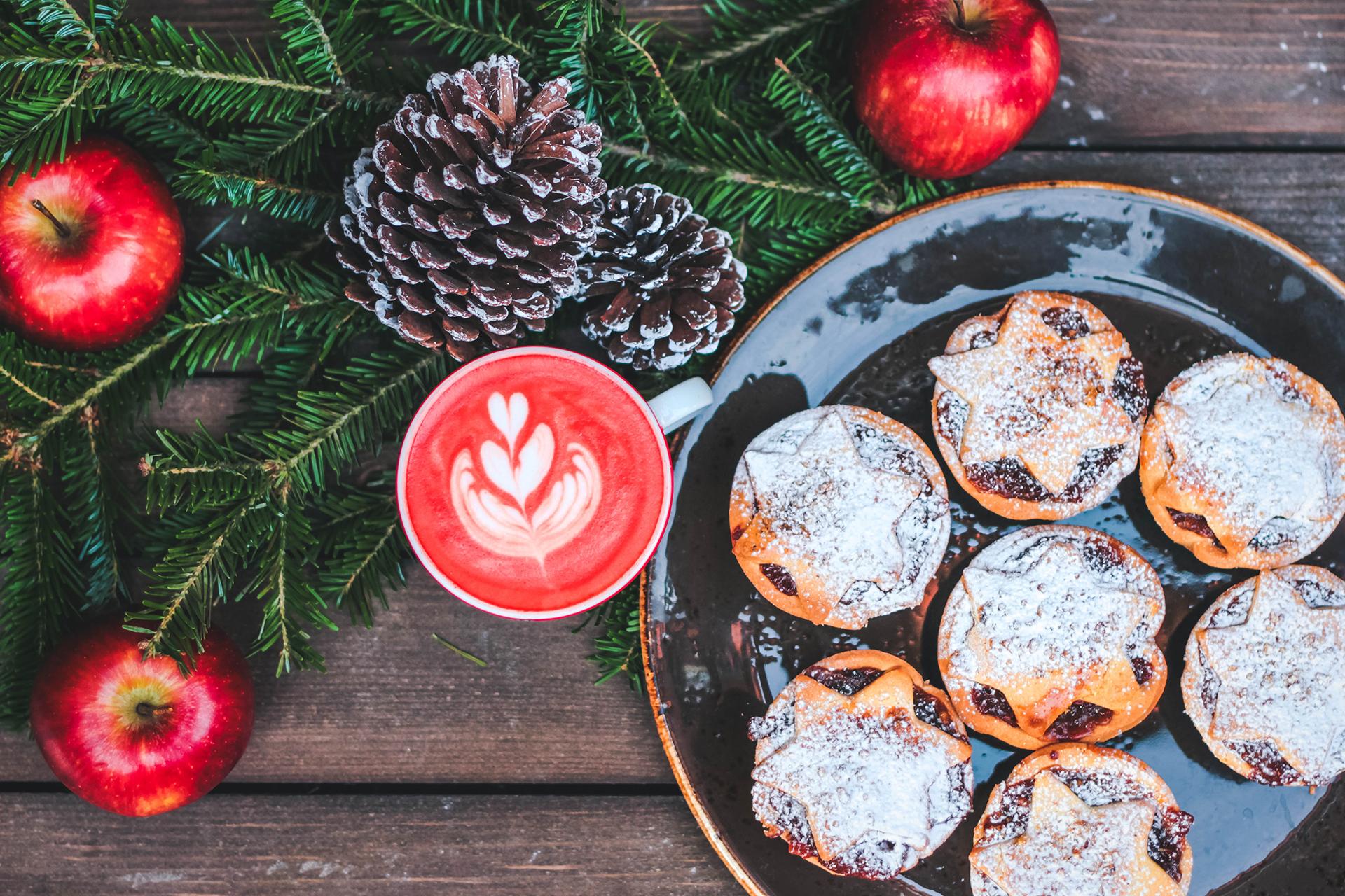 Red Velvet Cappuccino schmeckt am besten zu frischem Gebäck