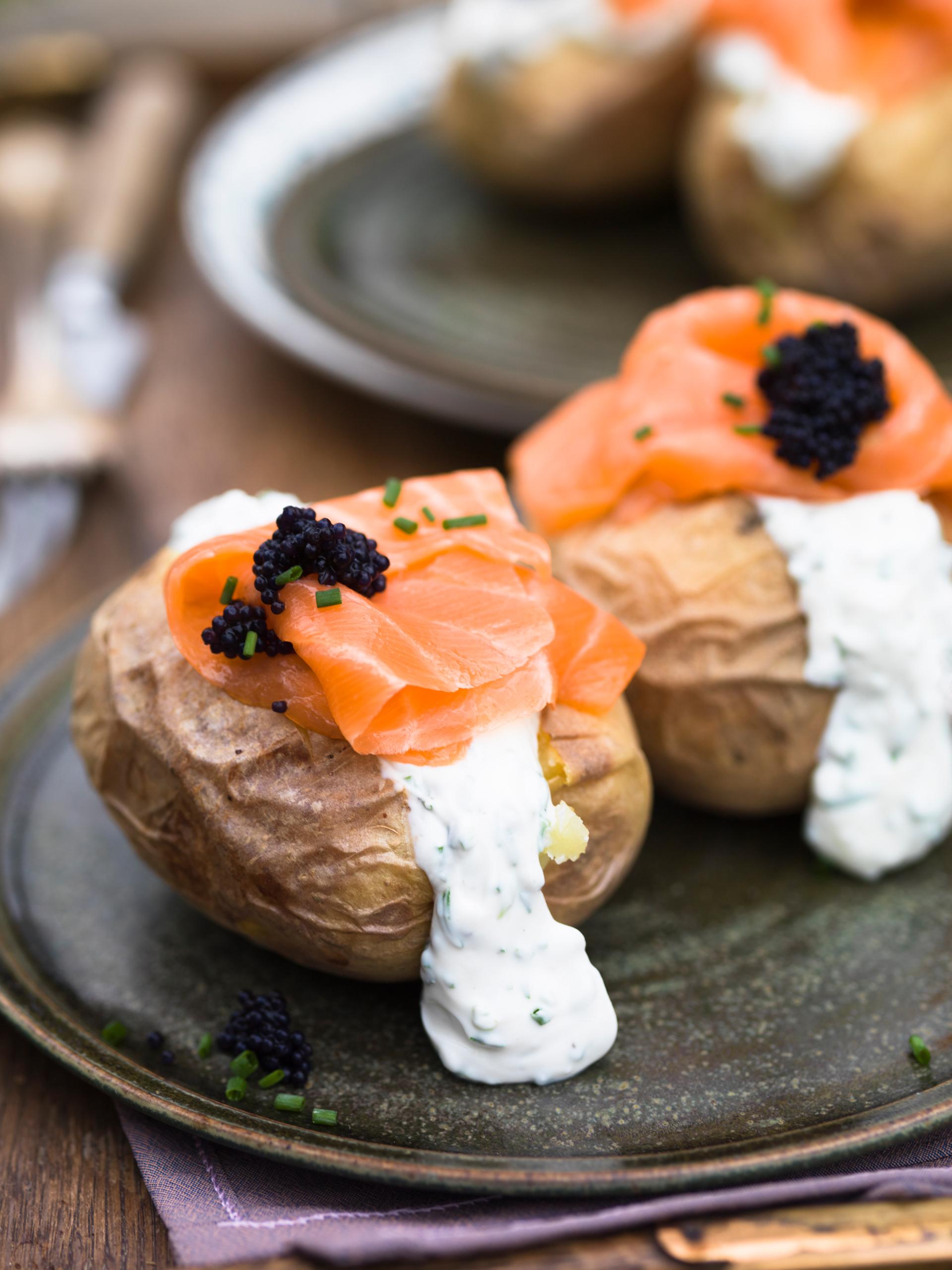 Ofenkartoffeln mit Crème fraîche, Lachs und Kaviar