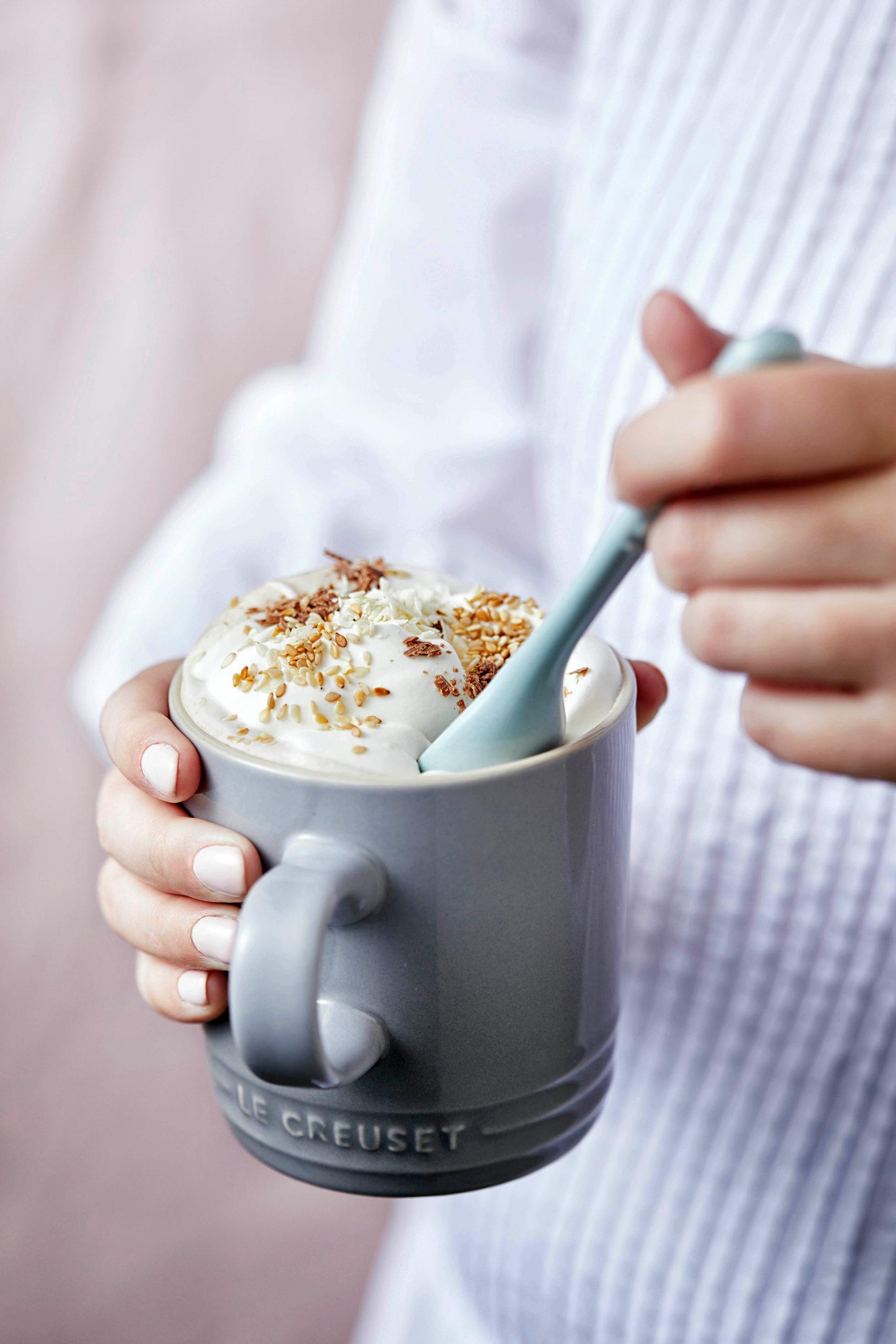 Heiße Schokolade mit erdigem Tahina-Aroma