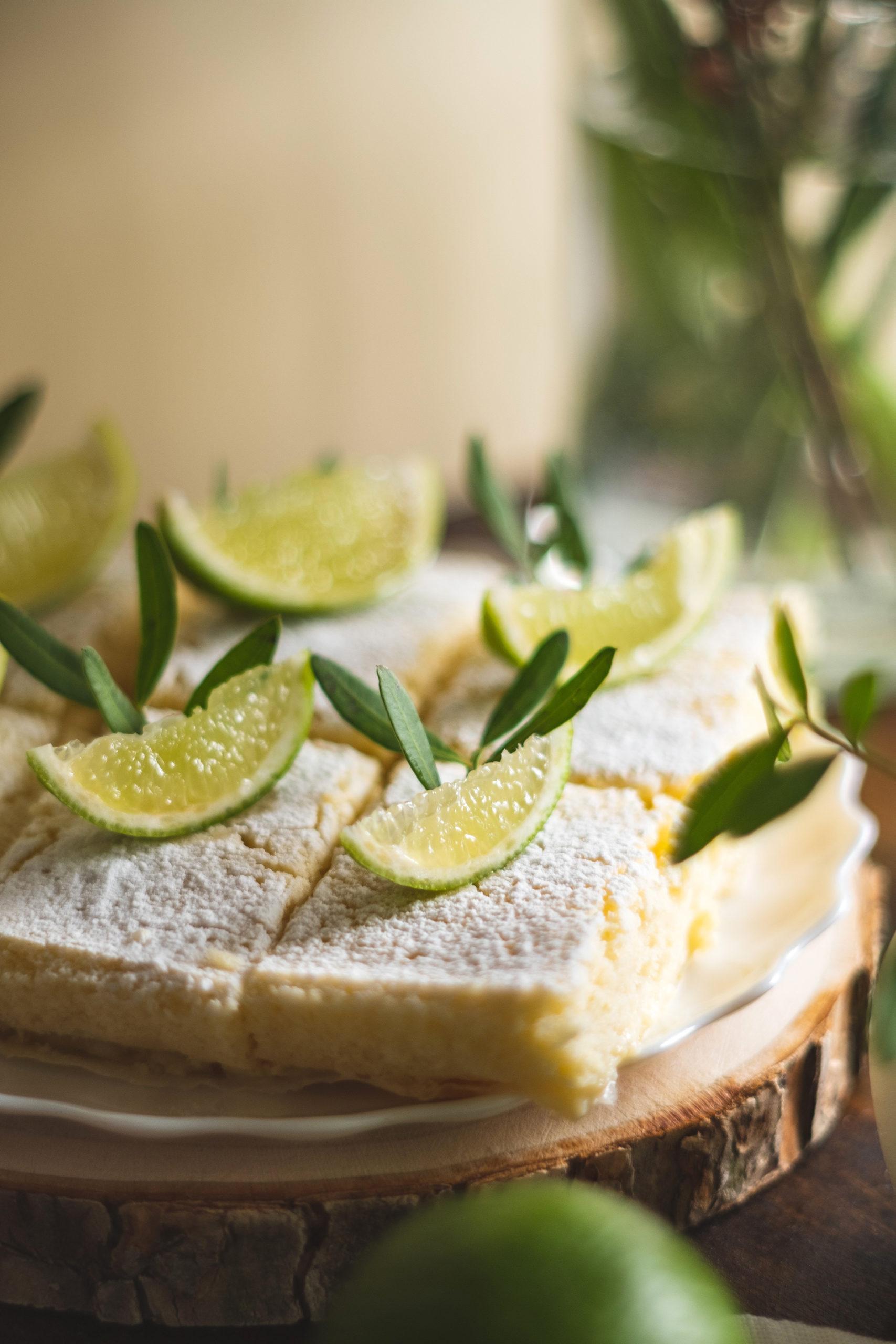 Sehr hübsch sieht es aus, wenn du die Limettenschnitten mit frischen Früchten und Kräutern dekorierst